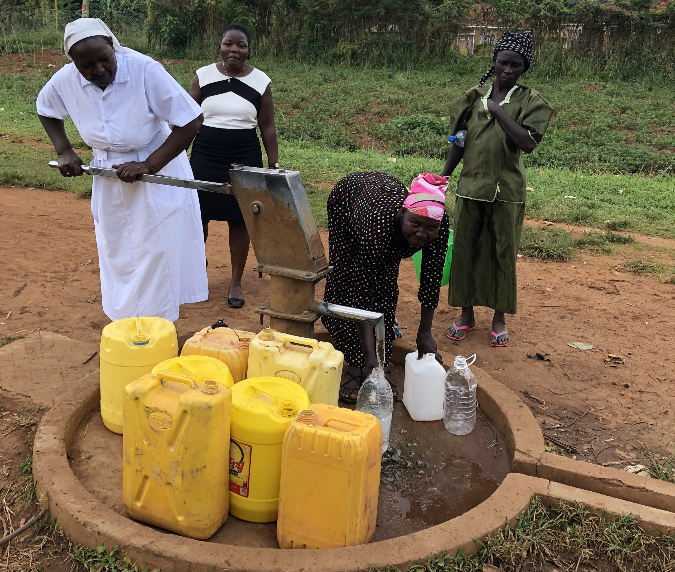 Four women use water pump